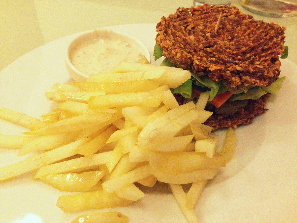 Sunburger se zeleninovými hranolky araw tatarkou.