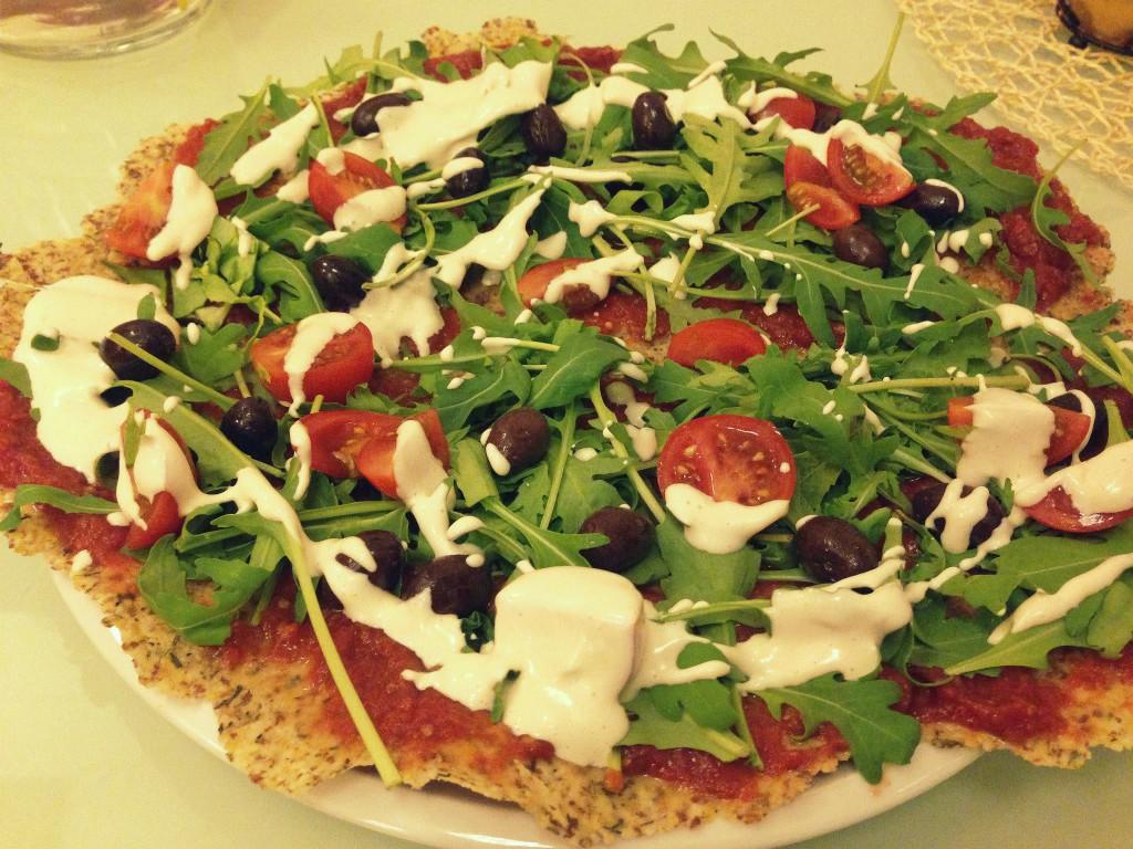 Raw pizza srukolou, rajčátky araw olivami.